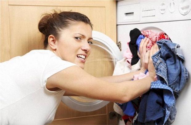Nhồi nhét nhiều đồ vượt quá khối lượng cho phép của máy giặt