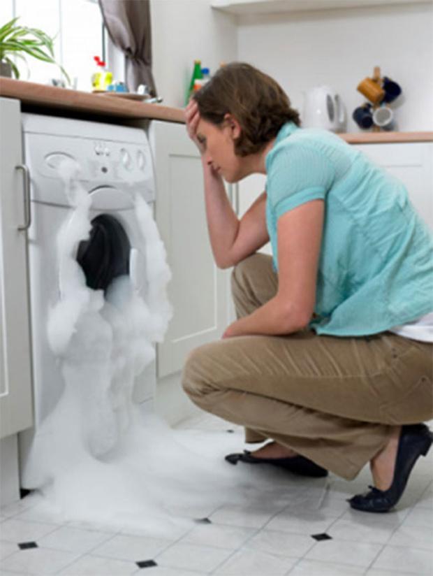 Máy giặt electrolux phun tràn bọt ra ngoài